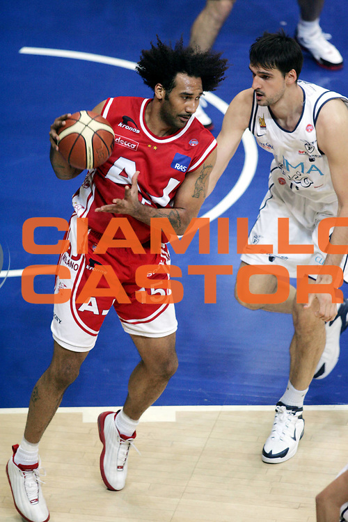 DESCRIZIONE : BOLOGNA CAMPIONATO LEGA A1 2004-2005 PLAY OFF FINALE GARA1<br />GIOCATORE : BLAIR<br />SQUADRA : ARMANI JEANS MILANO<br />EVENTO : CAMPIONATO LEGA A1 2004-2005 PLAY OFF FINALE GARA1<br />GARA : CLIMAMIO FORTITUDO BOLOGNA-ARMANI JEANS MILANO<br />DATA : 08/06/2005<br />CATEGORIA : Palleggio<br />SPORT : Pallacanestro<br />AUTORE : AGENZIA CIAMILLO &amp; CASTORIA/P.Lazzeroni