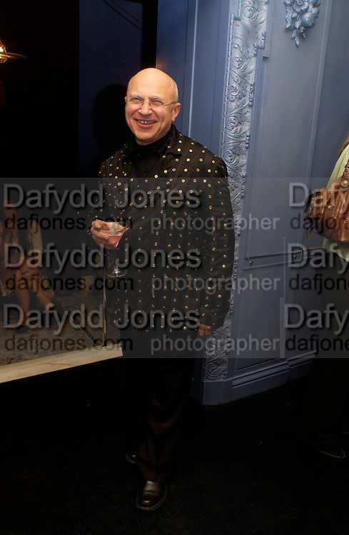 Stephen Posen .  Zac Posen Spring/ Summer collection launch party. The Blue Bar, Berkeley Hotel. London. 7 March 2004. Dafydd Jones,  ONE TIME USE ONLY - DO NOT ARCHIVE  © Copyright Photograph by Dafydd Jones 66 Stockwell Park Rd. London SW9 0DA Tel 020 7733 0108 www.dafjones.com