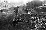Crianças carvoeiras - Mato Grosso do Sul, MS - 1988..Coaly children - Mato Grosso do Sul, MS - 1988.