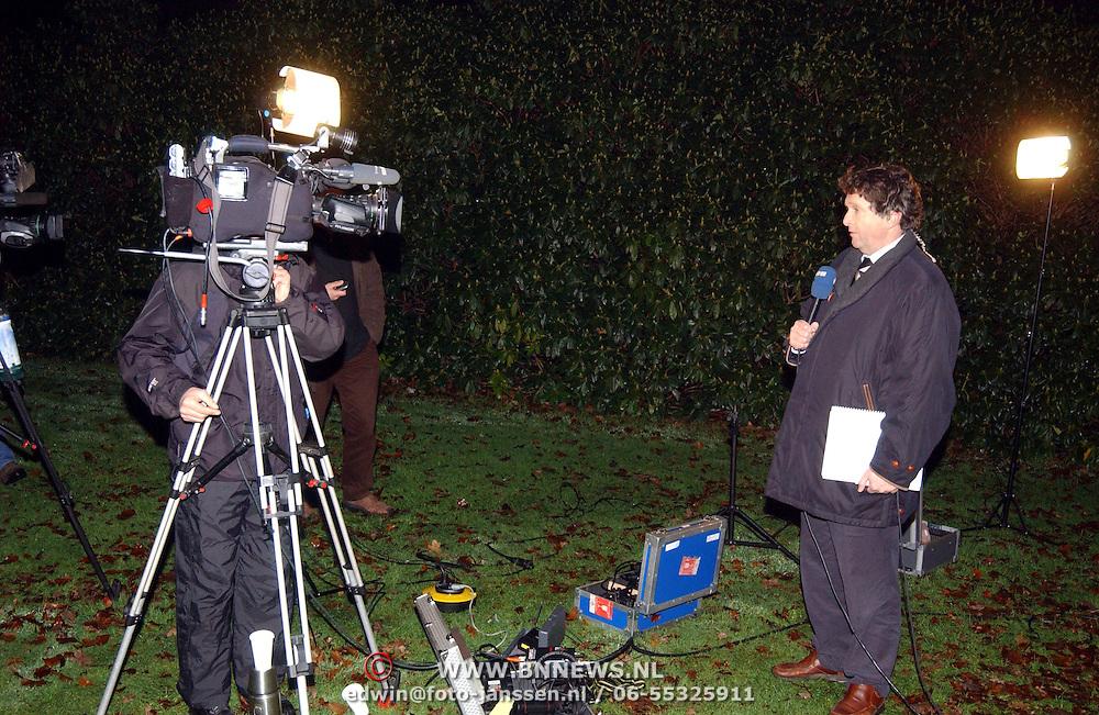 Overlijden prins Bernhard, NOS journaallezer gerard Arninkhof verslaat live, tv, camera, presentator, locatie, buiten
