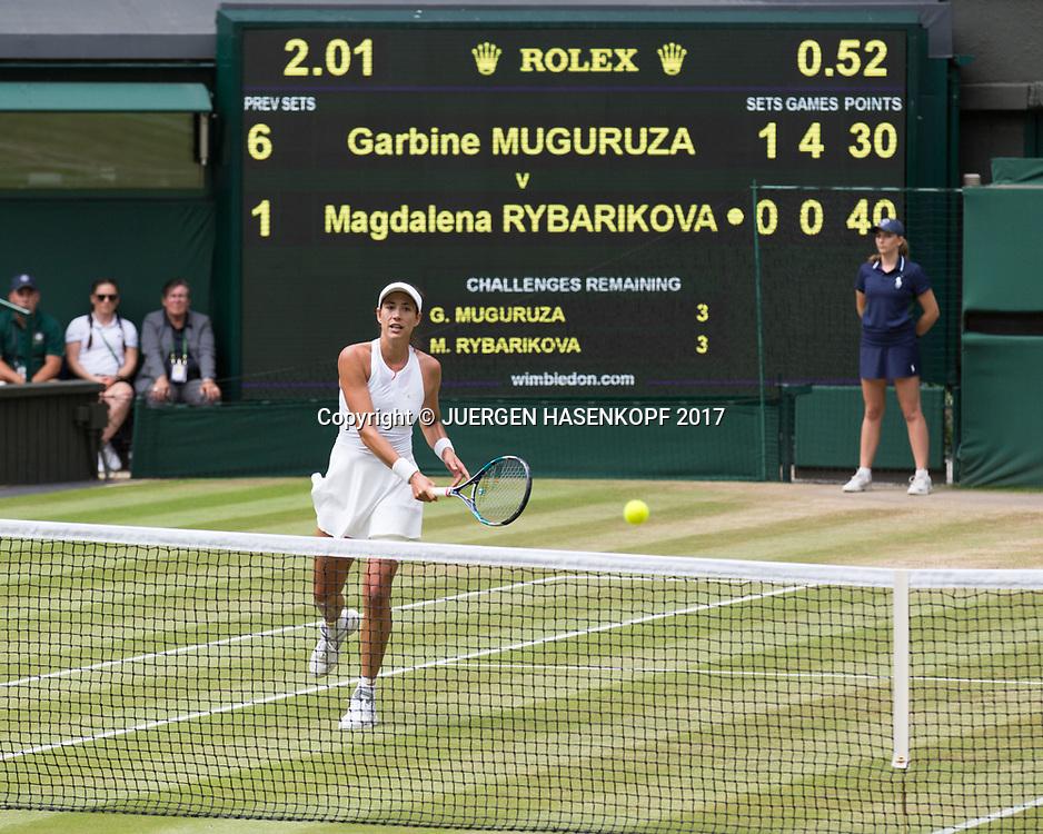 GARBI&Ntilde;E MUGURUZA (ESP) spielt Volley uebers Netz, Anzeigetafel im Hintergrund,Scoreboard,<br /> <br /> Tennis - Wimbledon 2017 - Grand Slam ITF / ATP / WTA -  AELTC - London -  - Great Britain  - 13 July 2017.