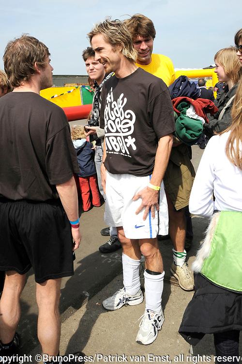 Het Ticket for Tibet festival op de NDSM-werf in Amsterdam was zondag 9500 mensen aanwezig.<br /> De organisatie wil met het festival protesteren tegen wat zij noemt de bezetting van Tibet door China. <br /> <br /> Op de foto: <br /> <br />  Chris Zegers voetbalt voor tibet
