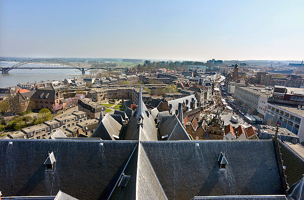 Nederland, Nijmegen, 22-4-2013 Panorama van de stad aan de waal vanaf de St. Stevenskerk. Rivier in de richting van Duitsland en de Waabrug. Foto: Flip Franssen/Hollandse Hoogte