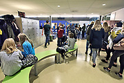 Nederland, Ubbergen, 11-12-2017Leerlingen op een Havo in een kleine gemeente. In de hal met lockerkastjes maken leerlingen zich klaar om naar huis te gaan.Foto: Flip Franssen