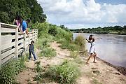Famiglia messicana sulle sponde del Rio Grande, Albuquerque, New Mexico. Luglio 2015. Daria Addabbo / OneShot <br /> <br /> Mexican family on the river Rio Grande, Albuquerque, New Mexico. July 2015. Daria Addabbo / OneShot