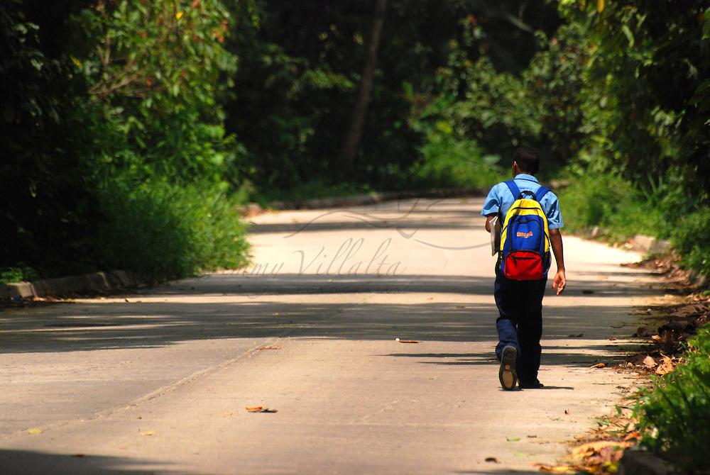 Niño regresa despues del colegio al Pueblo de Chuao, regresa a su casa, en bicicleta en el Edo. Aragua, Venezuela