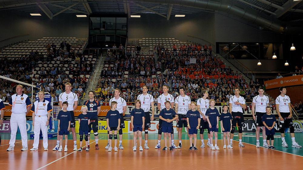 10-04-2011 VOLLEYBAL: BEKERFINALE DRAISMA APELDOORN - LANGHENKEL VOLLEY: ALMERE<br /> Line up Langhenkel Volley<br /> ©2011 Ronald Hoogendoorn Photography
