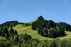 THEMENBILD - Im Blick die Hausbergkante mit der Querfahrt und dem Zielschuss, aufgenommen am 26. Juni 2017, Kitzbühel, Österreich // In the view the Hausbergkante with the cross trip and the target shot at the Streif, Kitzbühel, Austria on 2017/06/26. EXPA Pictures © 2017, PhotoCredit: EXPA/ Stefan Adelsberger