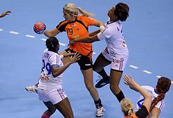 10-12-2013 HANDBAL: WERELD KAMPIOENSCHAP NEDERLAND - FRANKRIJK: BELGRADO <br /> 21st Women s Handball World Championship Belgrade, Nederland verliest met 23-19 van Frankrijk / (L-R) Gnonsiane Niombla, Estavana Polman,  Allison Pineau<br /> ©2013-WWW.FOTOHOOGENDOORN.NL