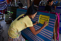 Myanmar (ex Birmanie), Mandalay, fabrication des longyi, jupe des hommes et des femmes // Myanmar (Burma), Mandalay, longyi factory, skirt for men and women