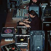 Premiere Scream 3 Amsterdam studio's, Dj's aan het werk achter hun draaitafels