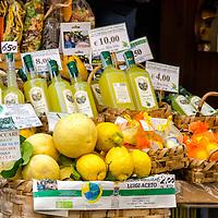 Una venta con el famoso Limoncello de Amalfi y sus grandes limones. Amalfi. Costa Amalfitana, Italia. A sale with the famous Amalfi Limoncello and large lemons. Amalfi. Amalfi Coast, Italy