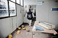 UN MILITARE DELLA GUARDIA DI FINANZA NEGLI UFFICI IN EVIDENTE STATO DI ABBANDONO DELL'IMPIANTO DI DEPURAZIONE DI MARCIANISE REALIZZATO NEGLI ANNI NOVANTA MA MAI ENTRATO IN FUNZIONE E POSTO SOTTO SEQUESTRO DURANTE L'OPERAZIONE DELLA GUARDIA DI FINAZNA ACQUE CHIARE