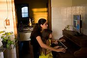 Belo Horizonte_MG, Brasil...Irmas usando o computador...Sisters using the computer...Foto: JOAO MARCOS ROSA /  NITRO