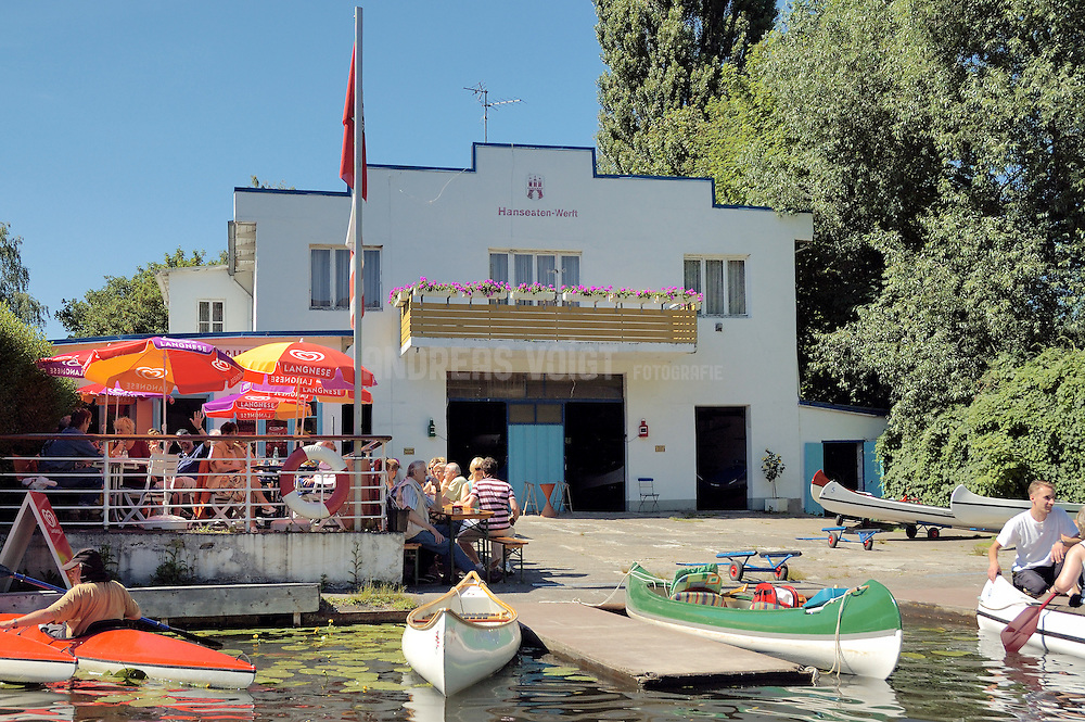 Sommer in Hamburg am Alsterkanal bei Kübis Bootshaus