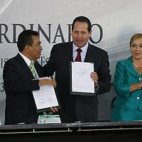 Toluca, México.- Eruviel Ávila Villegas, gobernador del Estado de México y Héctor Ulises Castro Gonzaga, líder del SMSEM firmaron un acuerdo mediante el cual se garantizan los derechos laborales de los docentes y la calidad de los servicios educativos en la entidad, en el marco de la Reforma Educativa. Agencia MVT / José Hernández