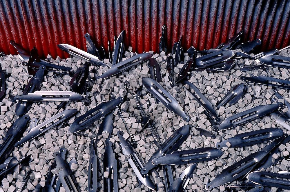 01/02/05 - THIERS - PUY DE DOME - FRANCE - Coutellerie THERIAS L ECONOME. Fabrication de couteau eplucheur - Photo Jerome CHABANNE
