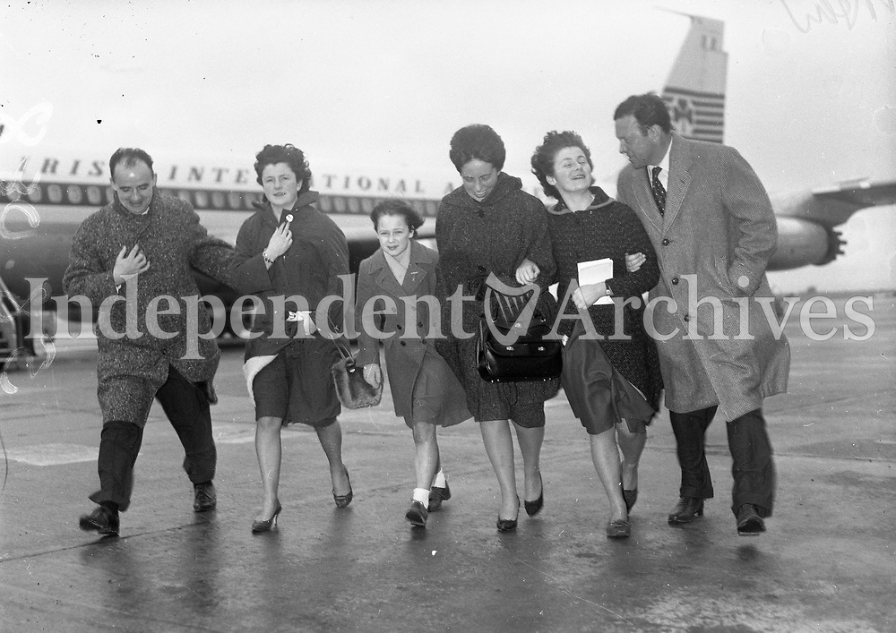 A group of people on the runway with an Aer Lingus plane in the background, names and date unknown. <br /> (Part of the Independent Newspapers Ireland/NLI Collection)