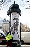 """Installation de la publicité du nouveau parfum """"La petite robe noire"""" sur les Champs-Elysées, Paris, le 8 mars 2012. Photo : Lucas Schifres/Pictobank"""