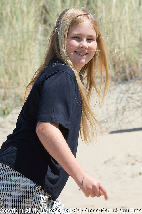 Koning Willem-Alexander en koningin Maxima poseren samen met de prinsesjes Ariane, Amalia en Alexia tijdens de jaarlijkse fotosessie op het strand bij het natuurgebied Meijendel in Wassenaar. <br /> <br /> King Willem-Alexander and Queen Maxima posing together with the princesses Ariane, Amalia and Alexia at the annual photo session on the beach at the nature Meijendel in Wassenaar.<br /> <br /> Op de foto / On the photo: prinses  Amalia