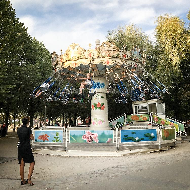 Chasse au Pokemon, début septembre - Parc de la Villette, 19e arr. de Paris. Le manège est un Pokestop.