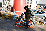 In Rotterdam rijden twee toeristen op huurfietsen van Mobike, een van de vele aanbieders. De toename van huurfietsen die met een app gehuurd kunnen worden leidt tot veel overlast en ergernis.<br /> <br /> In Rotterdam two tourists are using a rental bike of Mobike. The increasing number of providers of rental bikes causes a lot of annoyance.