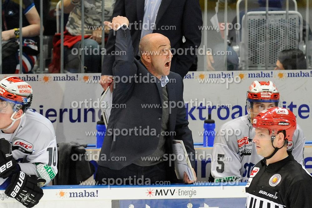 11.09.2015, SAP Arena, Mannheim, GER, DEL, Adler Mannheim vs Schwenninger Wild Wings, 1. Runde, im Bild Schwenningens Trainer Helmut de Raaf ruft den Schwenningens Dimitri Paetzold (Nr.32) auf die Bank // during the German DEL Icehockey League 1st round match between Adler Mannheim and Schwenninger Wild Wings at the SAP Arena in Mannheim, Germany on 2015/09/11. EXPA Pictures &copy; 2015, PhotoCredit: EXPA/ Eibner-Pressefoto/ Rufler<br /> <br /> *****ATTENTION - OUT of GER*****