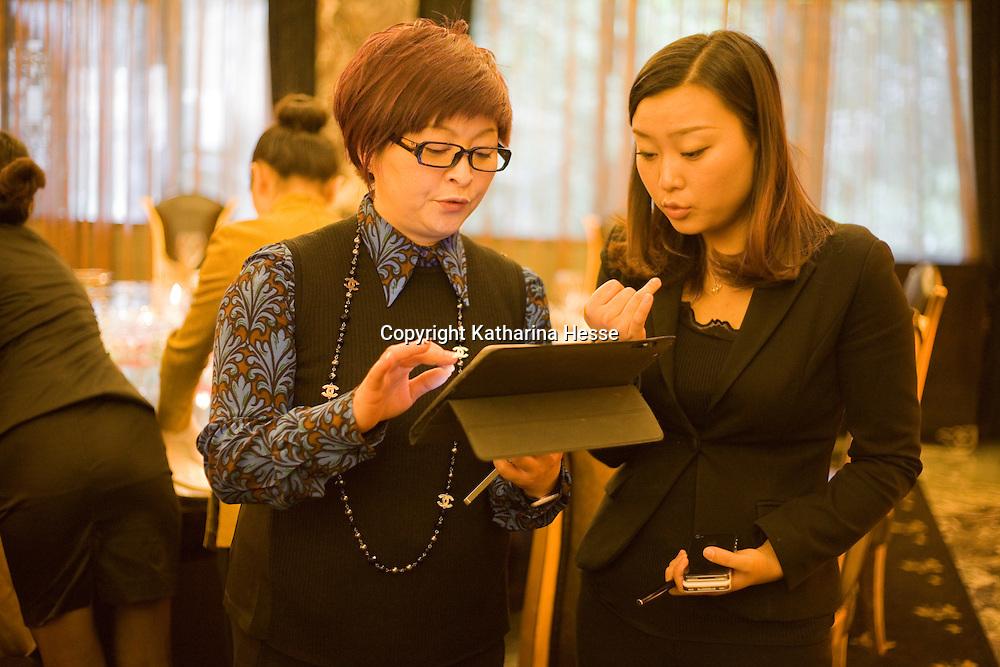 CHENGDU, 10/17/2012 :   Wu Yali, Vorsitzende der Audi New Elements Gruppe in Chengdu, erklaert einer Angestellten ihre Wuensche fuer ein Mittagessen in einem Nobelrestaurant in Chengdu.