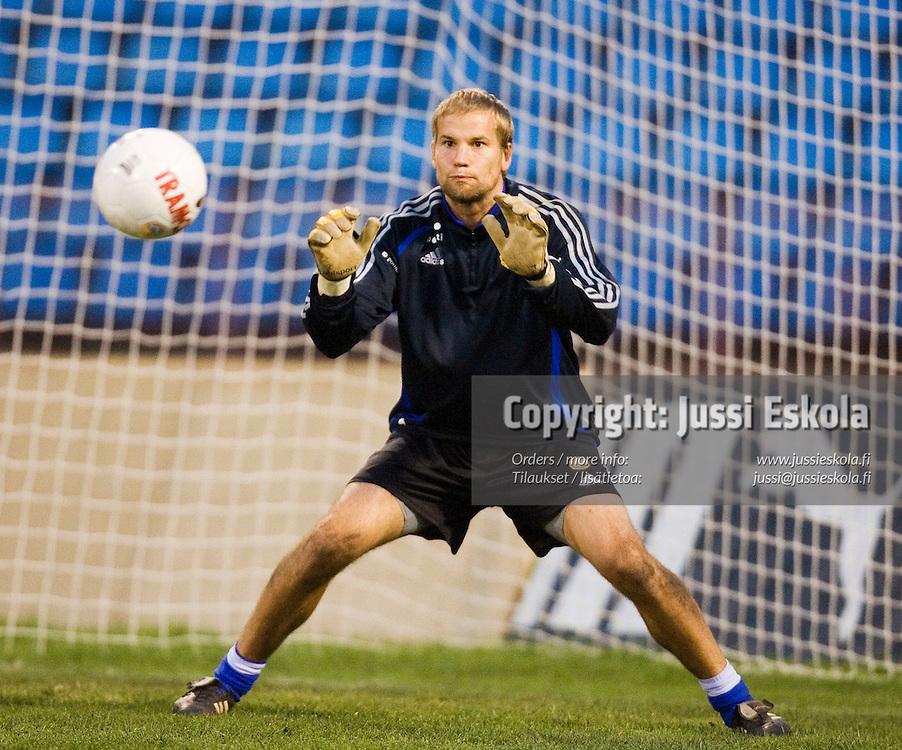Jussi J&auml;&auml;skel&auml;inen.&amp;#xA;Suomen A-maajoukkueen harjoitukset ottelustadionilla Jerevanissa Armeniassa 6.10.2006.&amp;#xA;Photo: Jussi Eskola<br />