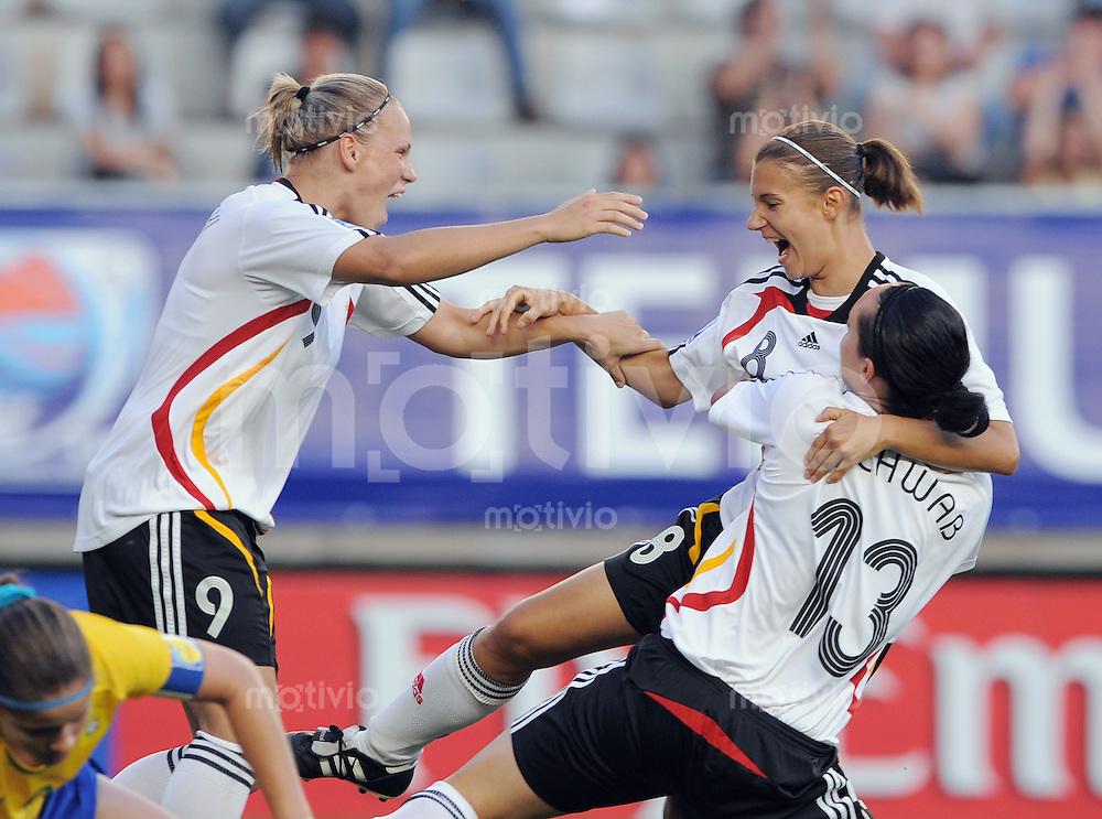 Fussball Frauen FIFA U 20  Weltmeisterschaft 2008    01.12.2008 Brasilien - Deutschland JUBEL GER, Isabel Kerschowski umarmt Torschuetzin zum 1-2 Nathalie Bock und  Lisa Schwab (v.li.)