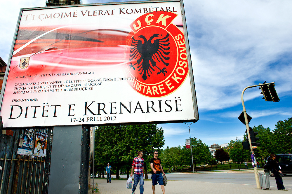 Particolare di una strada di Pristina, Repubblica del Kosovo, 2012<br /> <br /> 4 giugno 2004<br /> Ho ripreso il solito minibus all'argine della strada principale di Pristina. Scena da film: furgoncini porta persone, pieni di fango, un po' malandati con tanti kilometri sulle spalle (...) L'autista era il solito e anche gli altri passeggeri erano quelli di ieri notte.<br /> Durante queste due settimane nei Balcani ho conosciuto gente bellissima degna di essere ascoltata senza pregiudizi ... io ero lo spettatore non l'attore.