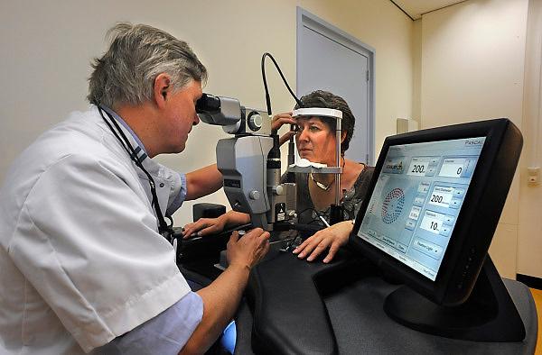 Nederland, Nijmegen, 2-9-2008In het umc radboud is een ooglaser in gebruik genomen die bewerkingen op het netvlies kan uitvoeren. Dit is een vooruitgang voor mensen met diabetes, waarvan het gezichtsvermogen aangetast wordt.De Pascal-laser is de eerste die in Europa in opgesteld is.In the umc radboud a eyelaser put into place to perform operations on the retina. This is a step forward for people with diabetes, whose eyesight is affected.The Pascal laser is the first one in Europe.Foto: Flip Franssen