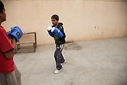 Jeunes garçons s'entraînent dans la cour du Bhiwani Boxing Club. Les petits suivent le même programme d'entraînement des plus grands