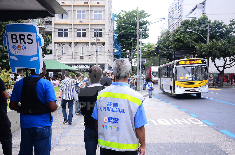 RIO DE JANEIRO, RJ, 24.09.2013 -NOVO BRS/EST&Aacute;CIO A TIJUCA - Novo BRS que liga Est&aacute;cio a Tijuca come&ccedil;ou a funcionar nesta ter&ccedil;a (24) no Rio, o novo corredor expresso de &ocirc;nibus na Zona Norte tem 3,5 km de extens&atilde;o.<br /> As multas come&ccedil;ar&atilde;o a ser aplicadas a partir de 1&ordm; de outubro. Com 3,5 quil&ocirc;metros de extens&atilde;o, o novo BRS come&ccedil;a na Rua Jo&atilde;o Paulo I, seguindo pela Rua Doutor Satamini, Avenida Heitor Beltr&atilde;o e pela Rua Conde de Bonfim at&eacute; Rua General Roca (Pra&ccedil;a Saens Pe&ntilde;a). O novo BRS funcionar&aacute; das 6h &agrave;s 21h.Na Tijuca, zona norte do Rio de Janeiro.(Foto: Marcelo Fonseca / Brazil Photo Press).