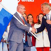 NLD/Scheveningen/20160713 - Perspresentatie sporters voor de Olympische Spelen 2016 in Rio de Janeiro, Andre Bolhuis overhandigd Nederlandse vlag aan Maurits Hendriks