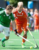 ALMERE - Billy Bakker in duel met de Ier Ronan Gormley tijdens de interland tussen de mannen van Nederland en Ierland (3-2) ter voorbereiding van het EK dat eind augustus in Londen wordt gehouden. COPYRIGHT KOEN SUYK