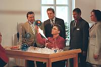 """22 AUG 2000, LAUSCHA/GERMANY:<br /> Gerhard Schroeder, Bundeskanzler, besucht das Traditionsunternehmen """"Krebs Glas"""" und beobachtet einen Glasblaeser bei der Arbeit,  Sommerreise des Kanzlers durch die Ostdeutschen Bundesländer<br /> IMAGE: 20000822-01/01-05<br /> KEYWORDS: Gerhard Schröder"""