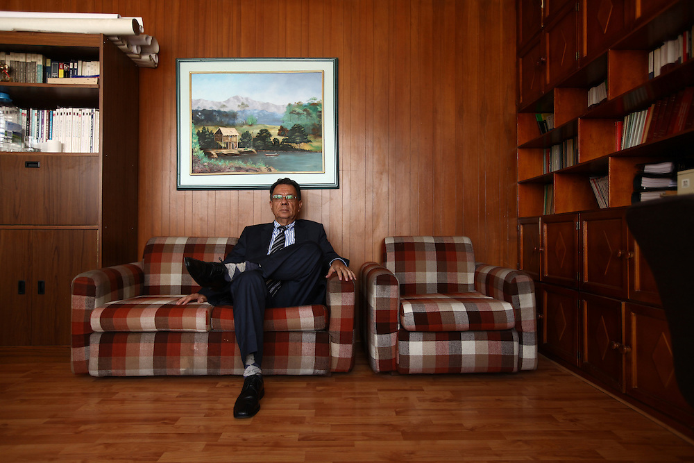 Abogados de ciudad<br /> En Quito-Ecuador los Abogados ocupan edificios construidos en los a&ntilde;os 70s, sus oficinas siguen representando esas &eacute;pocas. Los edificios Benalcazar 1000 y CCQuito son los m&aacute;s representativos. Su cercan&iacute;a a los juzgados los hizo perfectos para los Abogados que han desarrolado sus largas carreras en sus oficinas que poco han cambiado en el tiempo.<br /> <br /> En la foto, el Dr. Milton Sub&iacute;a, lleva trabajando 26 a&ntilde;os en la oficina 810 del edificio Benalcazar 1000.