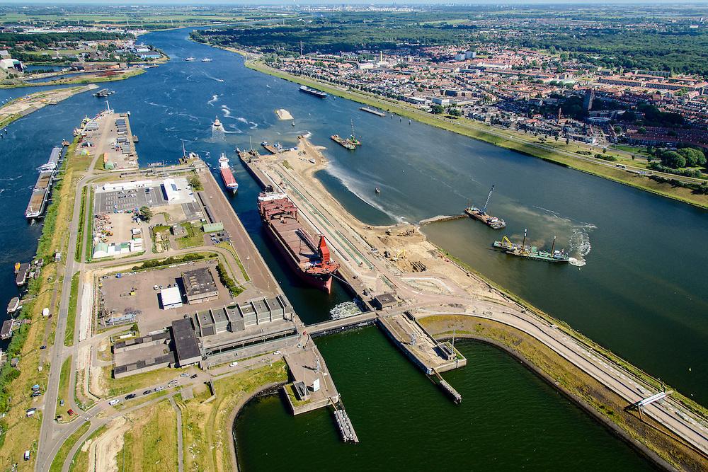 Nederland, Noord-Holland, IJmuiden, 01-08-2016; sluiscomplex IJmuiden met Noordersluis. Parallel aan en rechts van de Noordersluis wordt een nieuwe grote zeesluis gebouwd.<br /> Lock complex IJmuiden, parallel to the large Northern Lock a new large sea lock will be build.<br /> <br /> luchtfoto (toeslag op standard tarieven);<br /> aerial photo (additional fee required);<br /> copyright foto/photo Siebe Swart