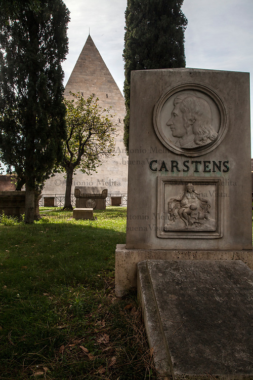 Cimitero acattolico di Roma nel quartiere Testaccio: la tomba del pittore Asmus Jacob Carstens.