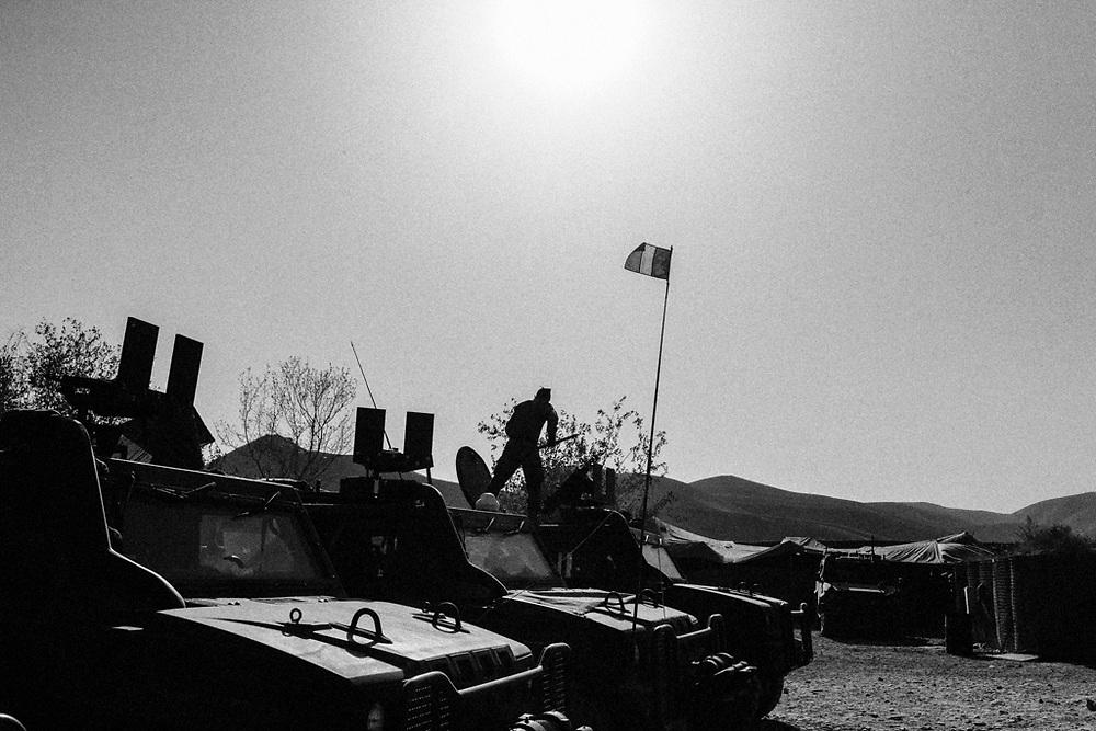 Deposito di mezzi italiani all'interno della base