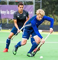 Amstelveen - Morris de Vilder (Pinoke) met Papa tijdens de training van Pinoke Heren I, naar aanloop van de hoofklasse hockey competitie. COPYRIGHT KOEN SUYK