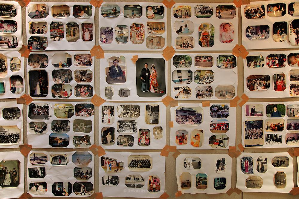 Onagawa - Photographies - Undôjô sôgô taikukan- Juin 2011<br /> Des scènes de mariages se juxtaposent à celles d'exploits sportifs, de voyages, de premiers pas ou de repas de famille. Toutes les vies semblent se mélanger dans une esthétique commune d'images altérées. Certaines sont jaunies par le temps, d'autres partiellement effacées, ou ondulées. Toutes ont pour point commun de patienter le retour de leurs propriétaires sans toutefois être sûr qu'il ne viendra jamais..Malgré les efforts de restauration pour faire renaître un peu de ce passé heureux, il ne semble pas possible de détourner cette date charnière du 11 mars 2011 qui existe désormais en chacun et en toute chose.