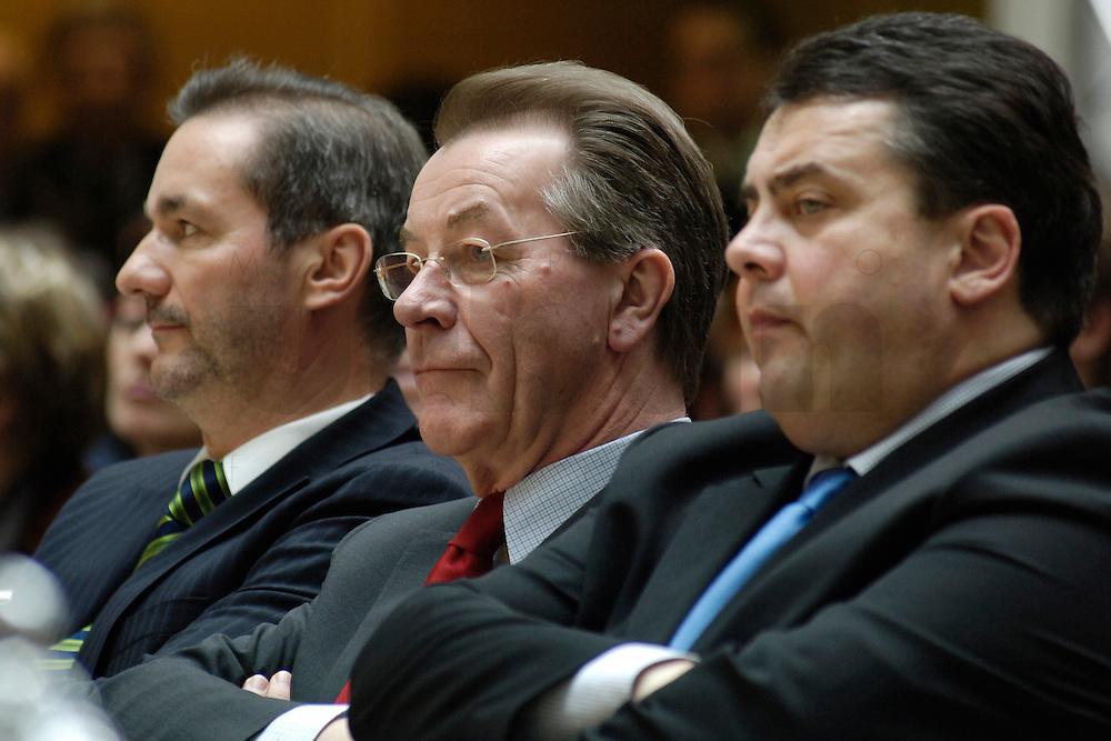 06 MAR 2006, BERLIN/GERMANY:<br /> Matthias Platzeck, SPD Parteivorsitzender, Franz Muentefering, SPD, Bundesarbeitsminister, Sigmar Gabriel, SPD, Bundesumweltminister, (v.L.n.R.), waehrend der SPD Konferenz zum Thema &quot;Neue Energie&quot;, Willy-Brandt-Haus<br /> IMAGE: 20060306-02-022<br /> KEYWORDS: Franz M&uuml;ntefering