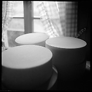 Frischer Alpkäse vor der Weiterverarbeitung. Berner Alpkäse-produktion auf der Alp Latreyen im Suldtal. Albert Schranz im Käsekeller. © Romano P. Riedo