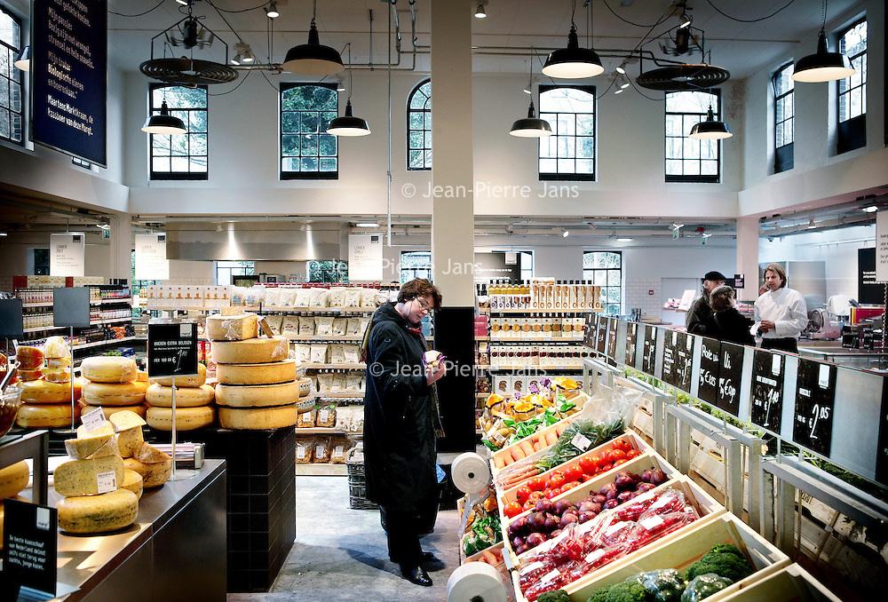 Nederland,Amsterdam ,21 februari 2008.. - De nieuwe keten van verssupermarkten Marqt opent komendevrijdag de eerste vestiging.De winkel komt aan de Overtoom in Amsterdam. Het opmerkelijke is dateen belangrijk deel van hetassortiment bestaat uit regionale producten uit Noord-Holland..Marqt wordt boven Albert Heijn gepositioneerd en telt voornamelijk vers in het assortiment. Marqt is als concept ontwikkeld door oud-Ahold-manager Quirijn Bollen. De verse groente en het fruit komt van boeren uit de regio, terwijl voor het vlees wordt samengewerkt met de veehouders van Waterlant's Weelde. Het assortiment wordt de komende weken verder uitgebreid.