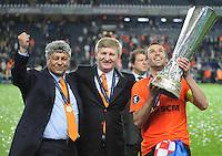 FUSSBALL     UEFA CUP  FINALE  SAISON 2008/2009 Shakhtar Donetsk - SV Werder Bremen 20.05.2009 Mircea Lucescu (Trainer Shakhtar links), Rinat Achmetow (Praesident Shakhtar Mitte) und Darijo Srna (rechts) jubeln mit dem UEFA Pokal