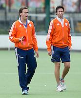 EINDHOVEN - Bondscoach Raoul Ehren met zijn assistent Rick Mathijssen,  zaterdag bij de oefenwedstrijd tussen het Nederlands team van Jong Oranje Dames en dat van de Vernigde Staten. Volgende week gaat het WK-21 in Duitsland van start. FOTO KOEN SUYK