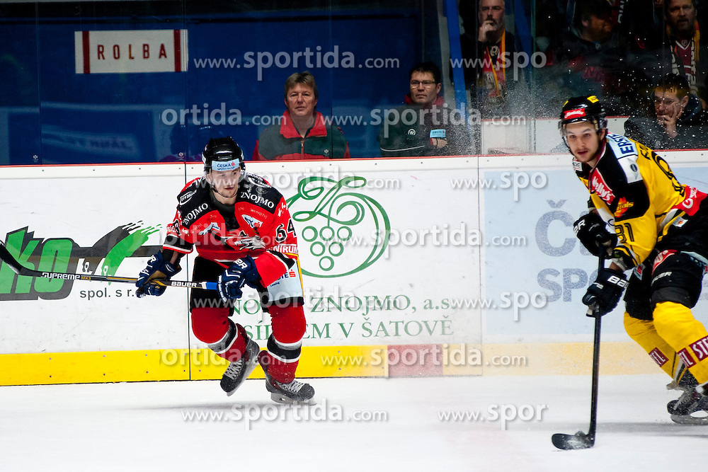 18.01.2015, Ice Rink, Znojmo, CZE, EBEL, HC Orli Znojmo vs UPC Vienna Capitals, 40. Runde, im Bild v.l. Ondrej Sedivy (HC Orli Znojmo) Kristopher Foucault (UPC Vienna Capitals) // during the Erste Bank Icehockey League 40th round match between HC Orli Znojmo and UPC Vienna Capitals at the Ice Rink in Znojmo, Czech Republic on 2015/01/18. EXPA Pictures © 2015, PhotoCredit: EXPA/ Rostislav Pfeffer