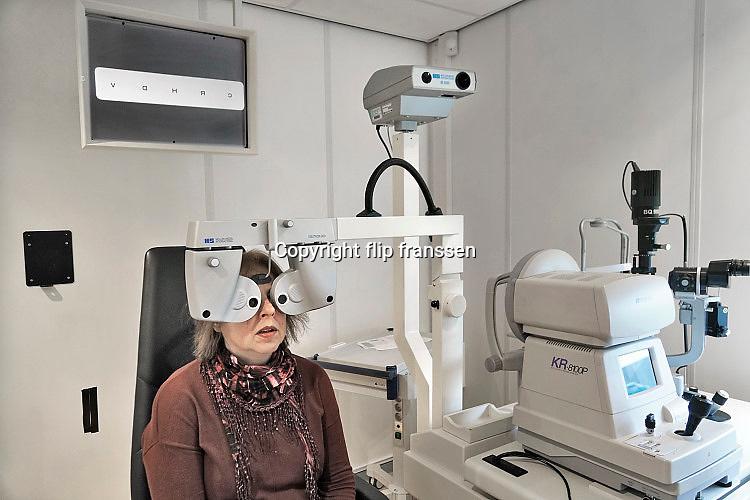 Nederland, Nijmegen, 26-9-2017Oudere vrouw ondergaat een ogentest, oogtest, oogmeting bij de specialist van  oogheelkunde in een ziekenhuis. ( Patient is partner van de fotograaf.)Foto: Flip Franssen
